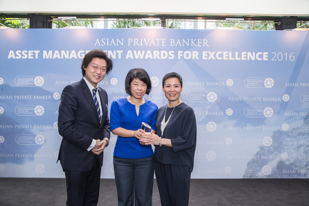Tan Kueh and Emily Dong from BlackRock receives the award for Best Fund Provider - Asia ex-Japan Equity