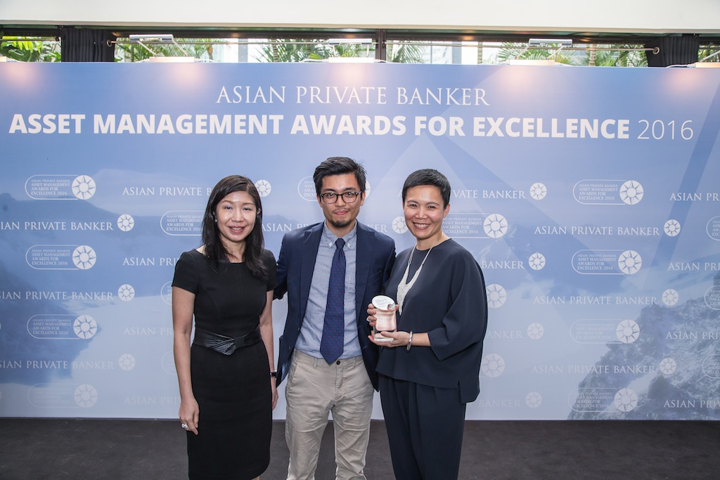 Wendy Kwan and Tan Kueh from BlackRock receives the award for Best Fund Provider - Asia Bond