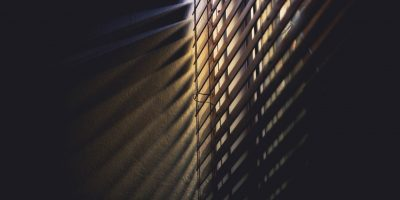 blinds-dark-light-586414